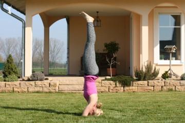 Kopfstand-im-Yoga-frei-im-Garten