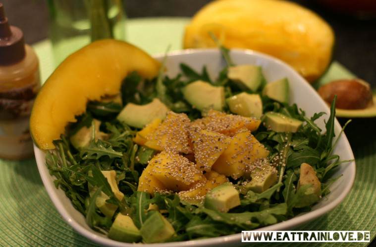 sommer rezept mango avocado salat mit rucola und chiasamen eat train love. Black Bedroom Furniture Sets. Home Design Ideas