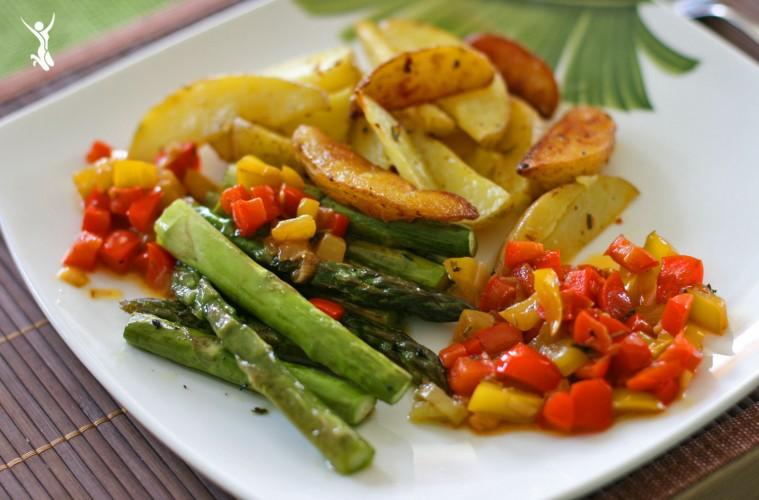 Gegrillter-Grüner-Spargel-Clean-Eating-Gericht-im-Frühling-Grüner-Spargel-mit-Rosmarin-Kartoffeln