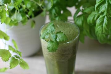 Grüne-Smoothies-mit-frischen-Kräutern