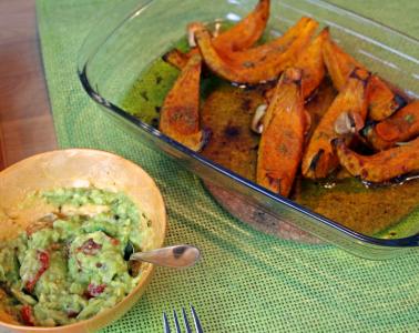 Kürbisrezept-kuerbisspalten-aus-dem-ofen-mit-guacamole