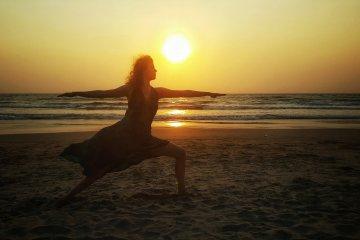 Yoga-Retreat Indien: Krieger 2 während des Sonnenuntergangs in Goa
