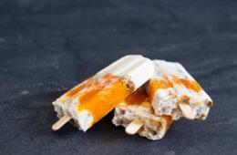 veganes Clean-Eating-Eis Popsicle mit Aprikose und Granola